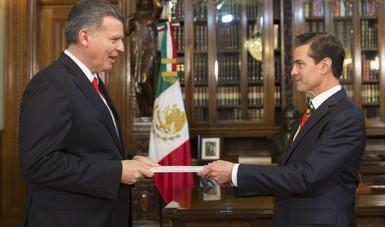 El Presidente de la República, Enrique Peña Nieto, dialogó hoy con el Embajador de la Confederación Suiza en México, Eric Mayoraz, quien le hizo entrega de sus Cartas Credenciales en el Despacho Presidencial de Palacio Nacional.