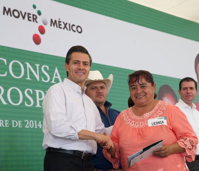 """Al inaugurar un Centro de Acopio de LICONSA, el Presidente de la República, Enrique Peña Nieto, expresó que """"sin echar campanas al vuelo, sin dar cifras alegres, sin duda estamos hoy frente a un escenario muy distinto aquí, en Michoacán""""."""