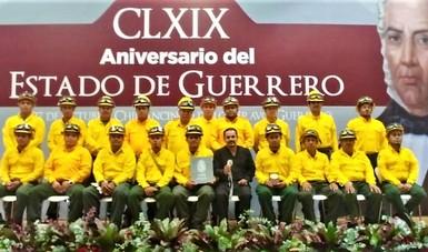 los 19 combatientes de Guerrero que fueron de apoyo a Canadá posan con el premio otorgado por el gobierno estatal.