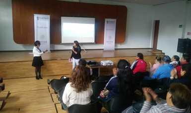 Publico conformado por hombres y mujeres en un curso sobre cuidados paliativos en Tlaxcala.