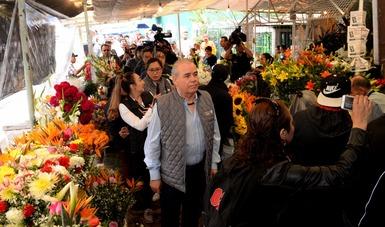 Entre las acciones que se realizan está la colocación de carteles preciadores en centros de abasto de flores, establecimientos y comercio ambulante con actividades comerciales afuera de los panteones de mayor tradición.