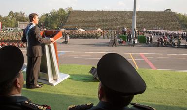 El Presidente Peña Nieto dijo a soldados, marinos y pilotos a que siempre le metan fibra a su entrega por México, y que lo hagan como lo saben hacer los soldados y marinos de nuestra Patria: con su lealtad, patriotismo, coraje y valor.