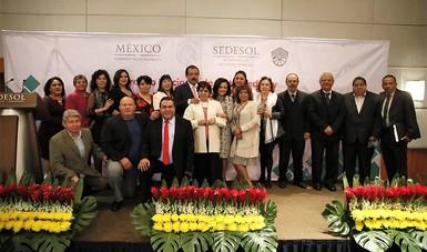 Srio. Eviel Pérez Magaña en la ceremonia de entrega de estímulos y recompensas a trabajadores con 25, 30, 40 y 50 años de servicio