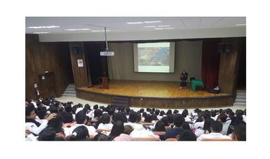 Una instantánea de la conferencia de la Dra. Amanda Gómez