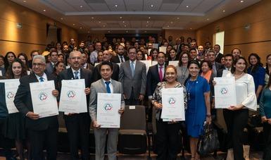 Roberto Campa, funcionaros de gobierno y premiados en foto conmemorativa del distintivo Empresa Familiarmente Responsable