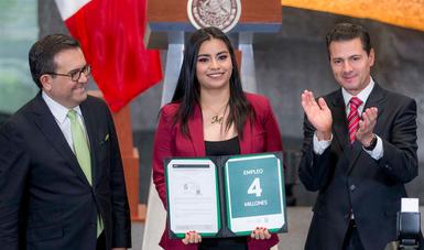 El Presidente Enrique Peña Nieto entregó el certificado del empleo 4 millones.