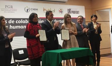 Se muestra el convenio firmado por los titulares de la STPS, Profedet y el INALI