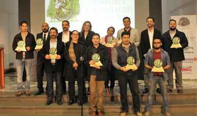 Foto grupal de los ganadores del concurso de fotografía Visión Forestal y Centinelas del Tiempo.