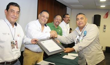 Entrega el titular de CONAFOR en Chihuahu certificado al propietario del vivero El Forestal.