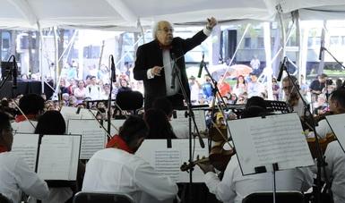 El maestro Fernando Lozano dirigió a la Filarmónica 5 de mayo que contó con la participación de la Banda de Música de la Secretaría de Seguridad Pública