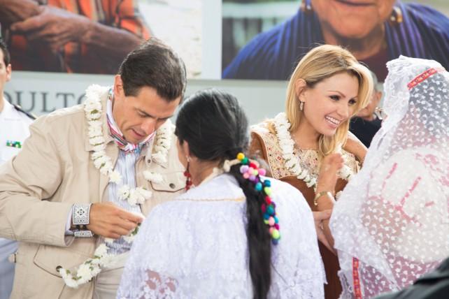 El Presidente Enrique Peña Nieto y su esposa Angélica Rivera de Peña reciben obsequios de parte de artesanos, en la celebración del Día del Adulto Mayor.