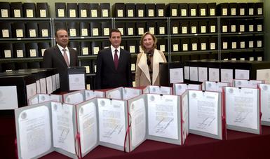 La entrega de hoy se compone de copias certificadas de los originales de los decretos de reforma constitucional y legal que pusieron en marcha las catorce reformas estructurales del sexenio 2012-2018.