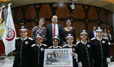 Fotografía donde posan con el billete del Sorteo Zodiaco, de izquierda a derecha: Gabriela Huesca y Eduardo Cadillo Compean.