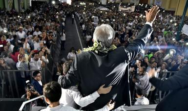 El presidente Andrés Manuel López Obrador ante la gente que lo acompañó en la Plaza Lerdo de Xalapa