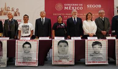 Presidente Andrés Manuel López Obrador firma decreto para conocer la verdad sobre el caso Ayotzinapa