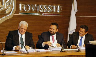 En la Sala de Juntas, Sebastían Lerdo de Tejada, firman acta de entrega recepción del FOVISSSTE