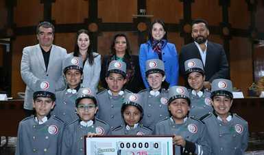 El Premio Mayor de 15 millones de pesos correspondió al billete No. 46124; el segundo premio de un millón 200 mil pesos, correspondió al billete No. 41681