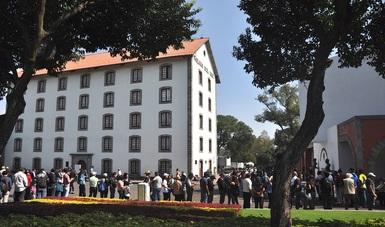Miles de personas hacen fila para ingresar al Complejo Cultural Los Pinos.