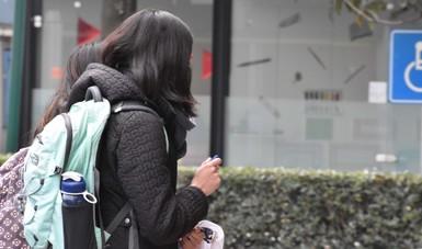 Jóvenes caminando en la calle.