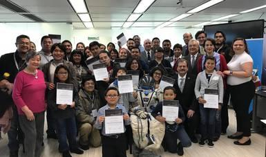 Foto grupal de premiación con personal de la AEM, premiados y familiares