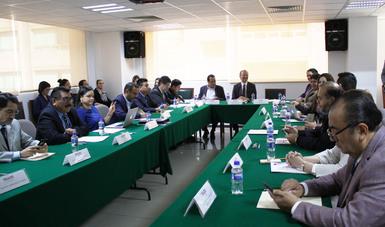 Los miembros del consejo a la mesa.