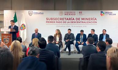 El Subsecretario, Francisco Quiroga Fernández, junto a asistentes inaugurando la sede de la Subsecretaría de Minería en la ciudad de Chihuahua.