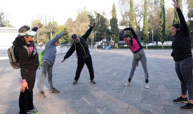 Activación física de adultos en área abierta.