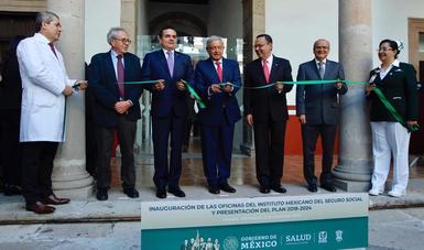 El gobernador de Michoacán, Silvano Aureoles, el presidente de México, Andrés Manuel López Obrador, y el director general del IMSS, Germán Martínez, hacen corte de listón para inaugurar oficinas del Instituto en Morelia.