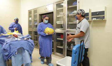 En quirófano enfermera entrega órganos a personal de traslados del IMSS.