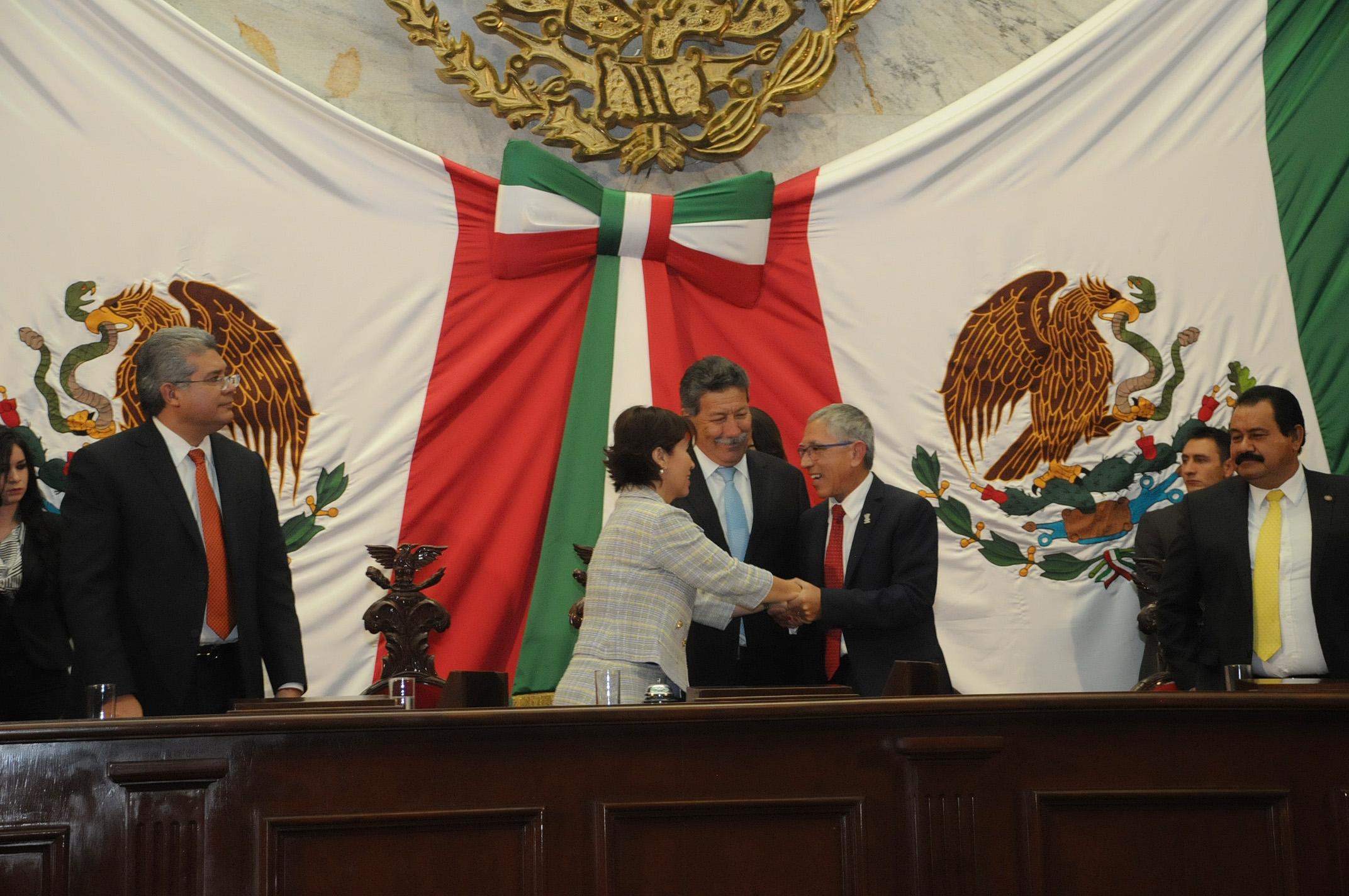La secretaria de Desarrollo Agrario, Territorial y Urbano, Rosario Robles Berlanga, saluda al gobernador de Michoacán, Salvador Jara Guerrero, durante la ceremonia en la que éste último presentó su Informe de labores.