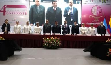 Personas en el presídium en la ceremonia de inauguración