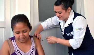 Aplicación de la vacuna de influenza.