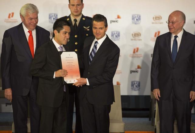 El Presidente Peña Nieto hizo votos porque el Premio Nacional de Investigación se consolide como un gran puente entre las necesidades de los estados y el talento de los jóvenes profesionistas mexicanos.