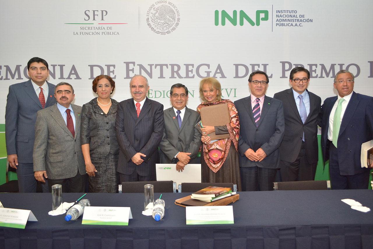 Acompañado de José R. Castelazo, presidente del INAP, Olivas Ugalde entregó hoy el premio anual de dicho instituto, en su edición XXXVI.
