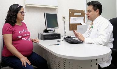 Mujer embarazada en consulta con su médico familiar