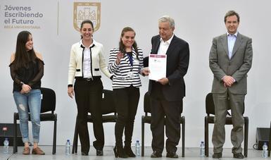 El presidente Andrés Manuel López Obrador encabezó la entrega de las becas jóvenes Escribiendo el Futuro