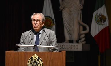 Dr. Jorge Alcocer Varela hablando desde el podium.
