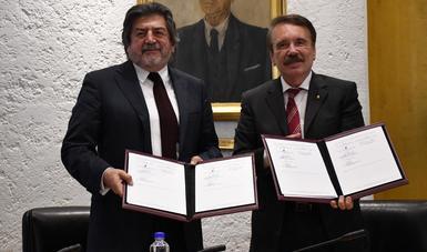 El Arq. Rogelio Jiménez Pons, Director General de Fonatur y el Dr. Mario Alberto Rodríguez Casas, Director General del Instituto Politécnico Nacional, sostienen el convenio firmado entre ambas instituciones.