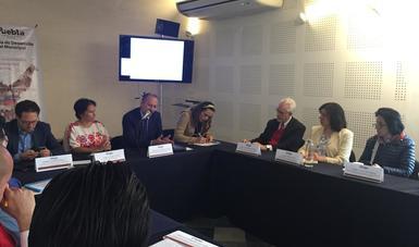 Miembros del INAES en reunión con instituciones de Puebla.