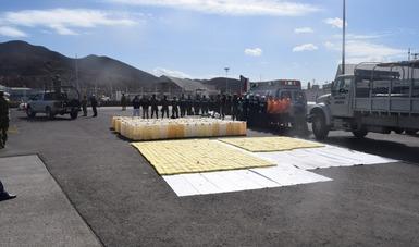 Personal de la Armada de México asegura una embarcación con más de 600 kilogramos de presunta cocaína, frente a las costas de Topolobampo, Sinaloa.