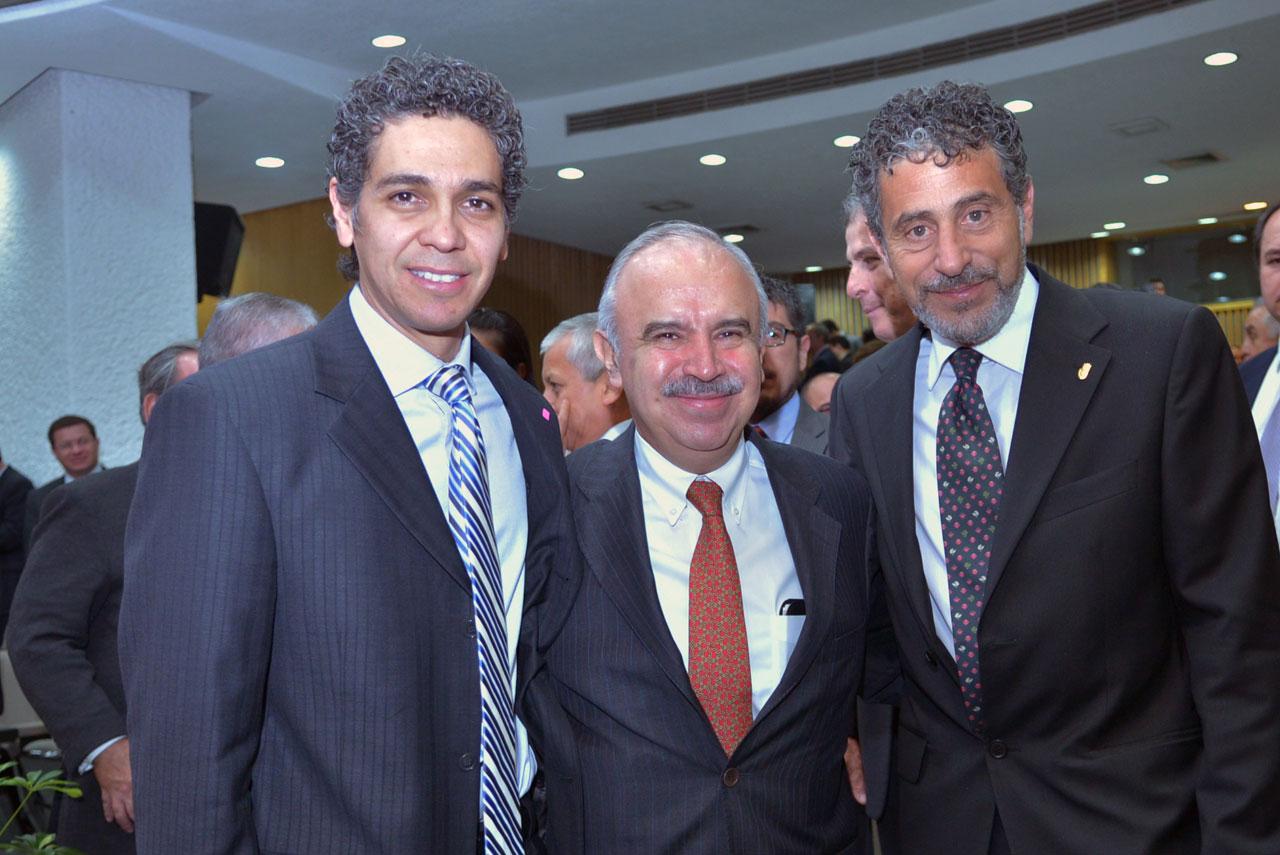 El director general de GESOC, A.C., Alejandro González Arreola, el Encargado del Despacho de la SFP, Julián Olivas Ugalde, y el Representante Regional de la UNODC, Antonio Luigi Mazzitelli.