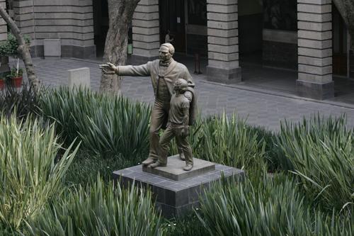 Estatua de Benito Juárez, ubicada en el patio del trabajo de la Secretaría de Educación Pública