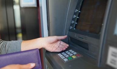 Compara las comisiones antes de usar un cajero automático diferente al tuyo