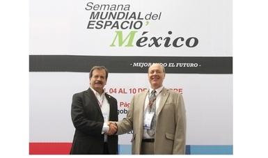 (Izq. a der.) Mario Arreola (AEM) y Dennis Stone (Presidente World Space Week Association)
