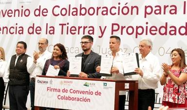 El Secretario de Desarrollo Agrario, Territorial y Urbano, Román Meyer Falcón, entregó cientos de títulos de propiedad a ejidatarios y comuneros en Oaxaca.