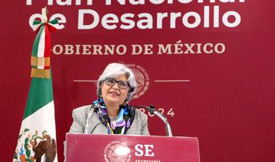 La Secretaria de Economia en el podium durante el discurso de Inauguración de las Mesas Sectoriales de Economía del PND