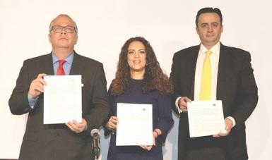 Fotografía mostrando el convenio recién firmado entre el SAE y la Cámara de Diputados