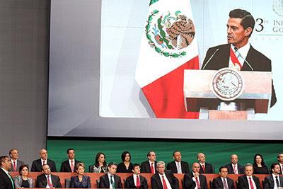 En la foto, el Presidente de la República, Enrique Peña Nieto, al dar un mensaje con motivo de su Tercer Informe de Gobierno. A la ceremonia asistió la secretaria de Desarrollo Agrario, Territorial y Urbano, Rosario Robles Berlanga.