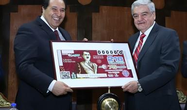 Fotografía donde posan expresivamente con el billete alusivo al sorteo, a la izquierda Lázaro Cárdenas Batel, a la derecha Ernesto Prieto Ortega.