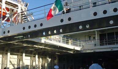 """Momento en que fue izada la Bandera Nacional en el Transbordador """"México Star"""""""